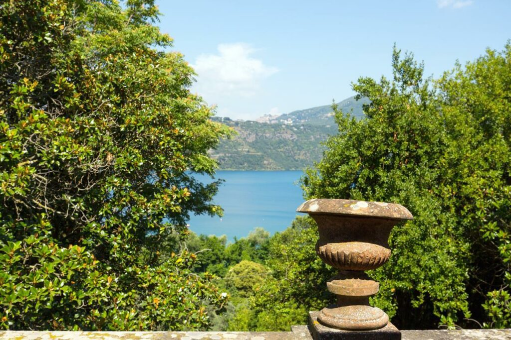Great real estate in front of lake Albano, close to Rome
